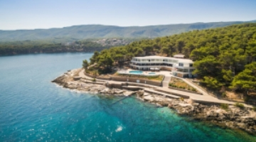 Experience the spring on Hvar in Resort Fontana